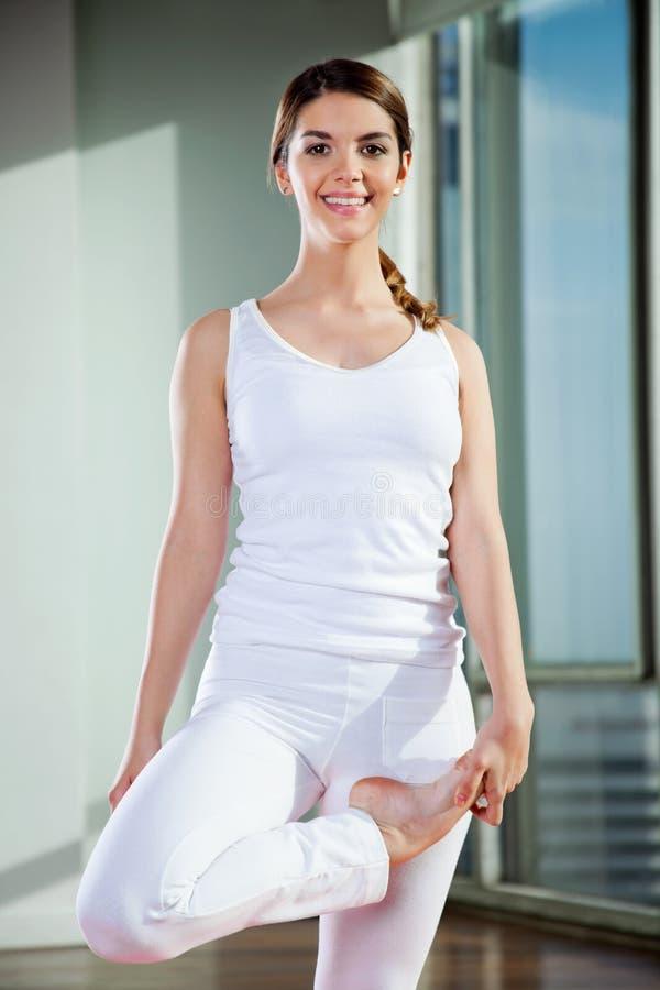 Yoga practicante de la mujer en el gimnasio foto de archivo libre de regalías