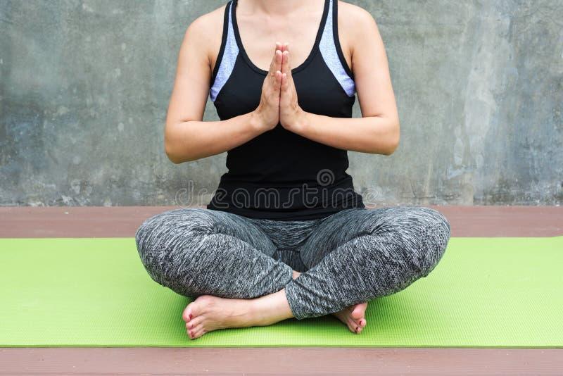 yoga practicante de la mujer en fondo urbano/de la pared fotos de archivo