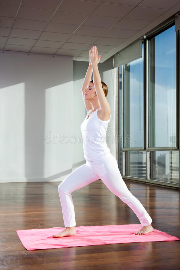 Yoga practicante de la mujer en la estera imagenes de archivo