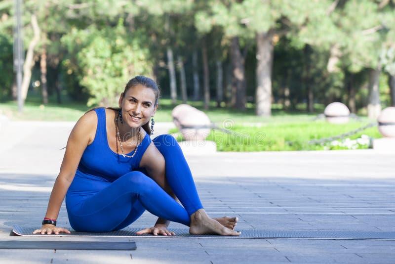Yoga practicante de la mujer joven al aire libre en parque imagen de archivo libre de regalías
