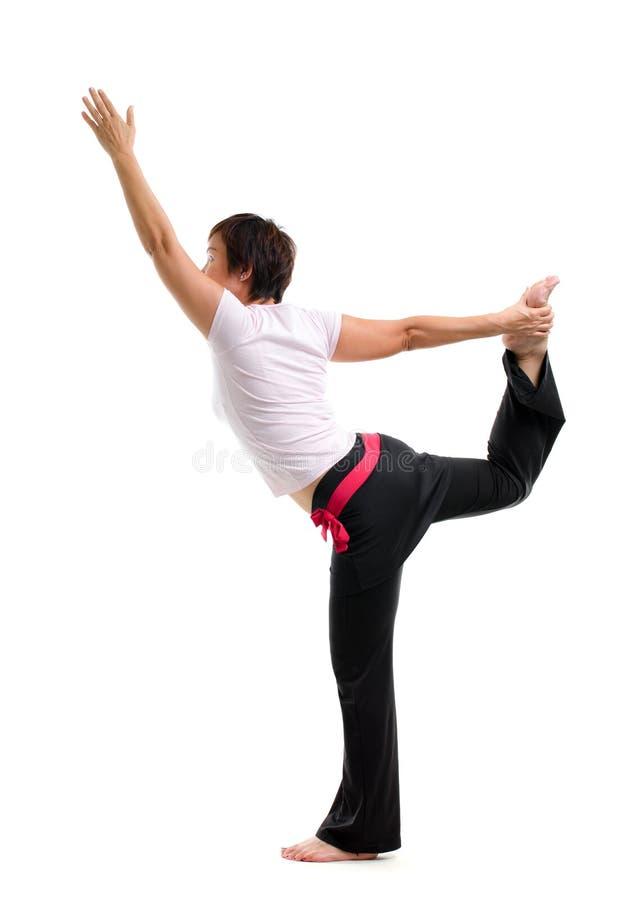 Yoga practicante de la mujer madura asiática foto de archivo
