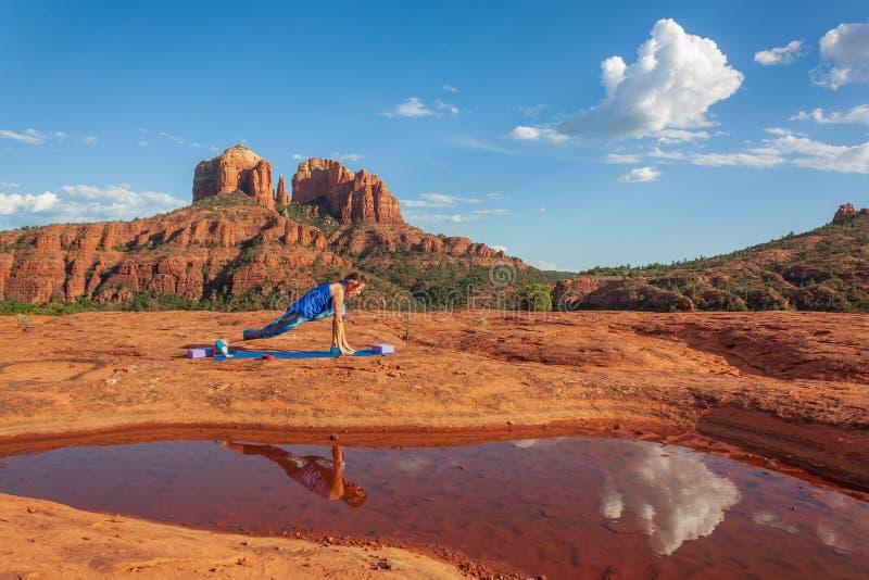 Yoga practicante de la mujer reflejada cerca de rocas de la catedral imagen de archivo libre de regalías