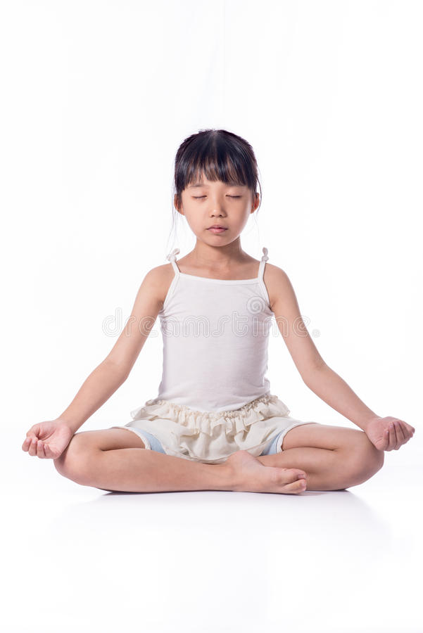 Yoga practicante de la niña imagenes de archivo