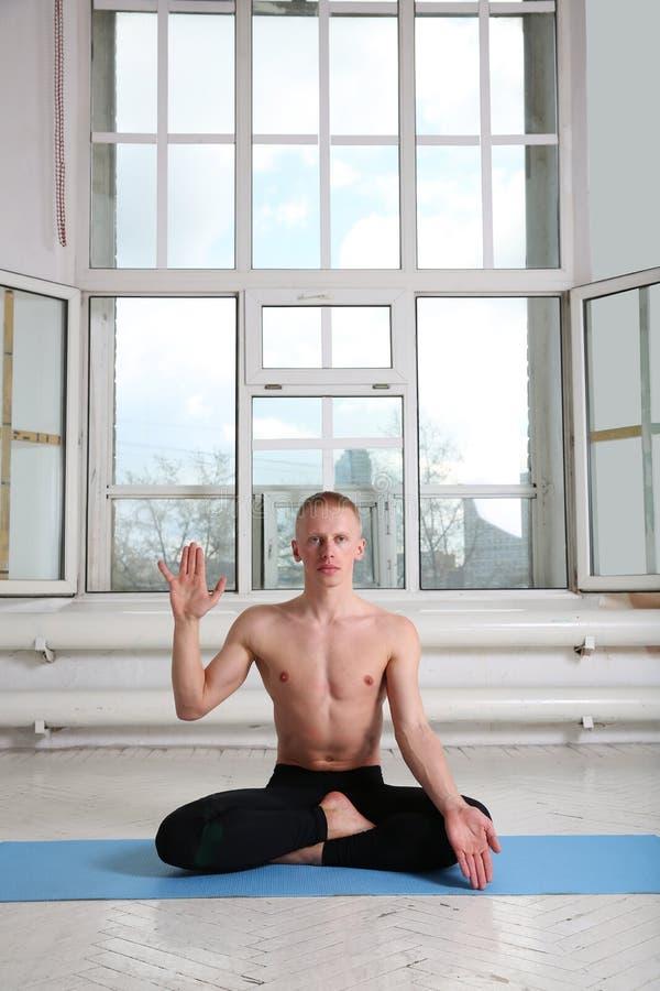 Yoga practicante del hombre Actitud de Lotus imagenes de archivo