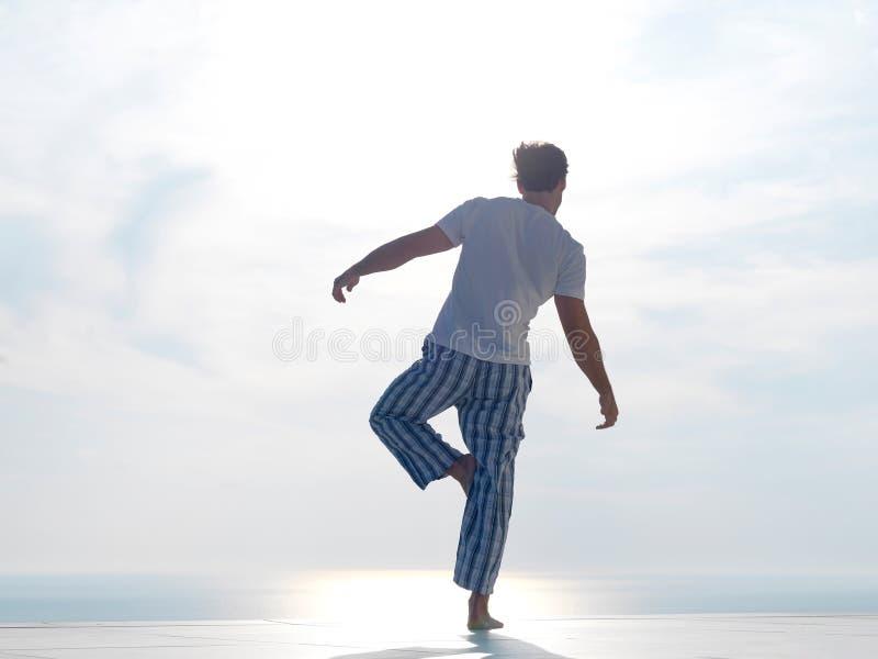 Yoga practicante del hombre joven fotos de archivo