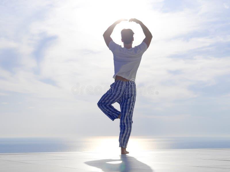 Yoga practicante del hombre joven fotografía de archivo