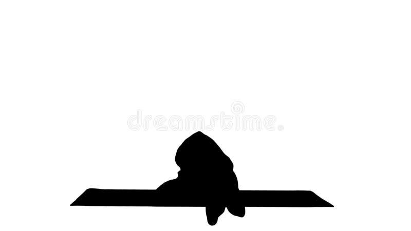 Yoga practicante del hombre joven de la silueta en media actitud del estiramiento del h?roe imagenes de archivo