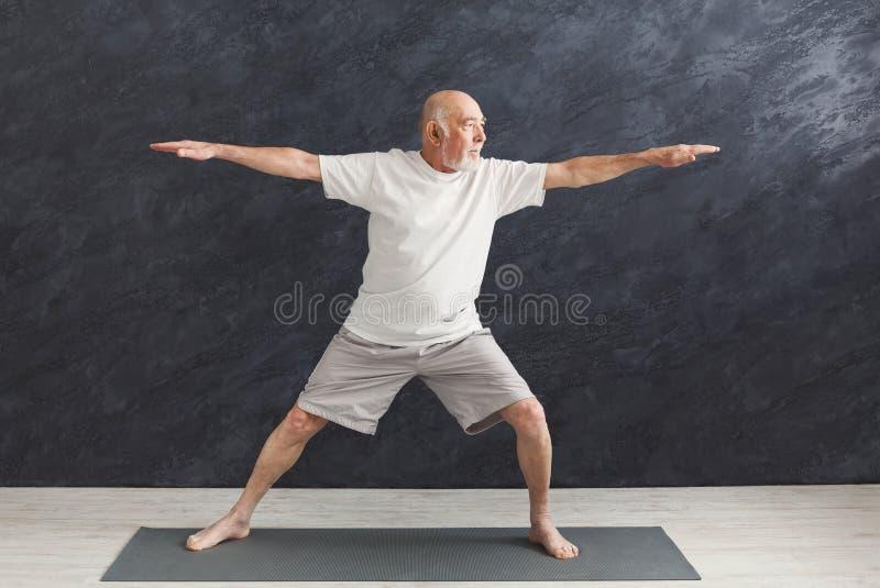 Yoga practicante del hombre mayor dentro fotos de archivo