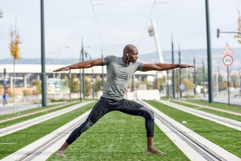 Yoga practicante del hombre negro en fondo urbano fotografía de archivo libre de regalías