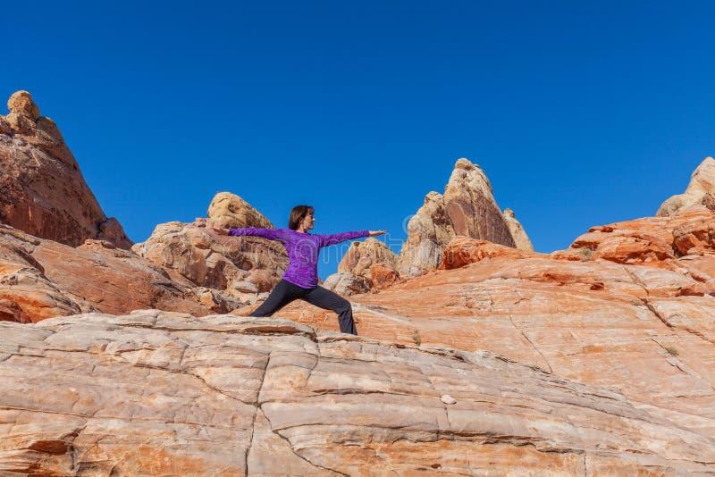 Yoga practicante en el aire libre fotos de archivo