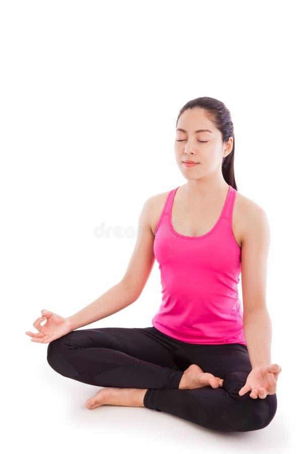 Yoga practicante hermosa de la mujer joven, sentándose en un positi del loto fotografía de archivo libre de regalías
