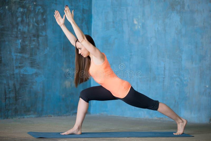 Yoga practicante hermosa deportiva de la mujer joven imagen de archivo libre de regalías