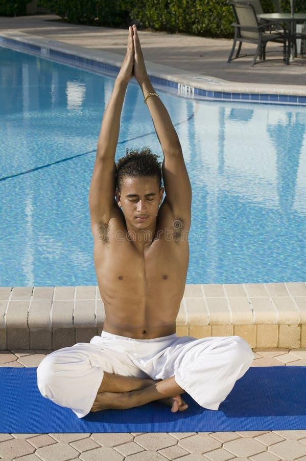 Yoga practicante masculina joven fotos de archivo libres de regalías