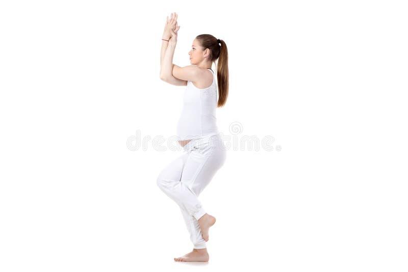 Yoga prenatal, Garudasana foto de archivo