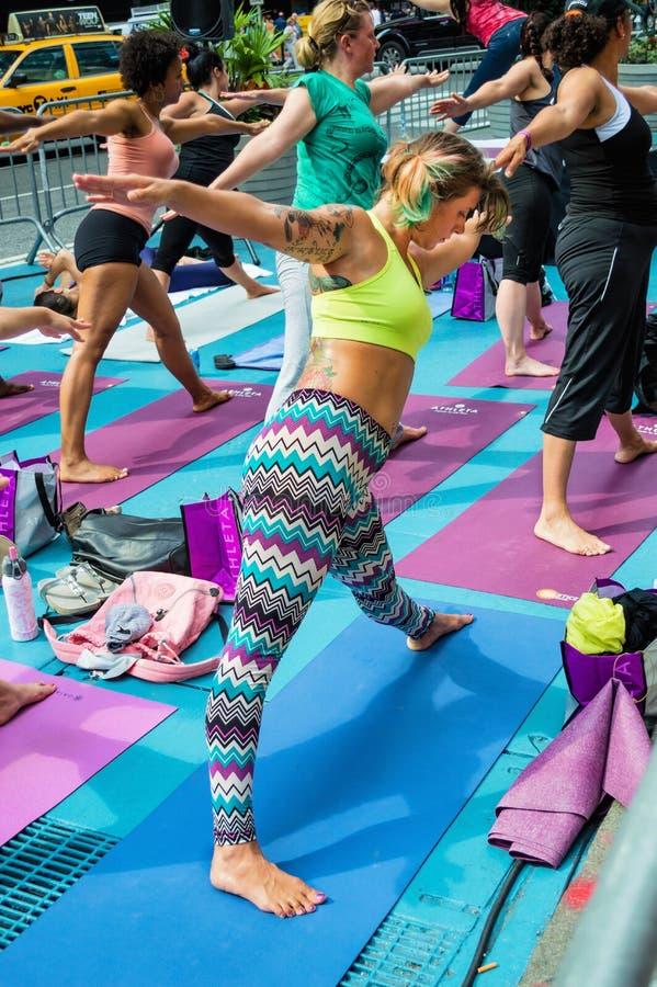 Yoga som sträcker Times Square arkivbild