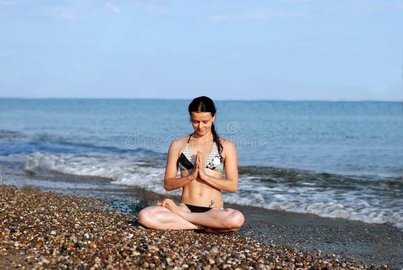 Yoga am Strand lizenzfreie stockfotos