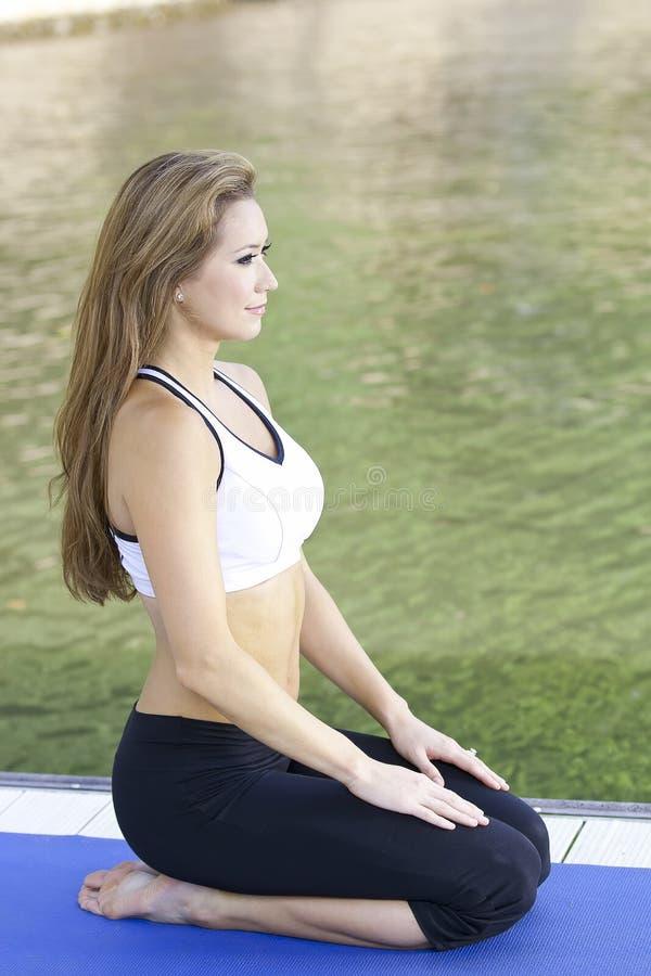 Yoga sul lago fotografia stock