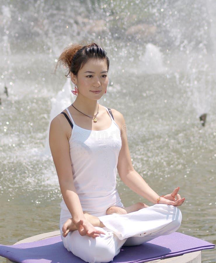 Yoga sul lago immagini stock libere da diritti