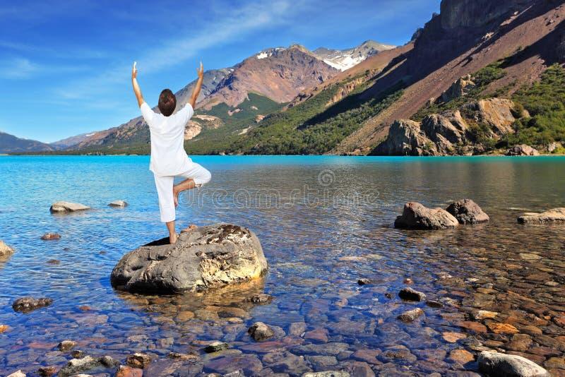 Yoga sul lago fotografie stock libere da diritti