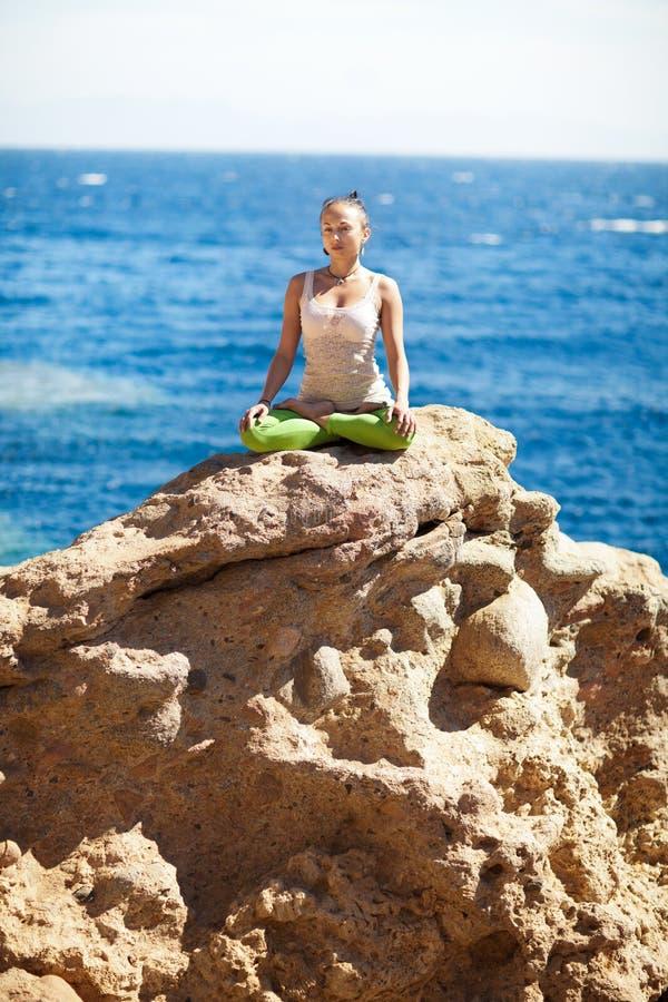 Yoga sulla roccia immagine stock libera da diritti