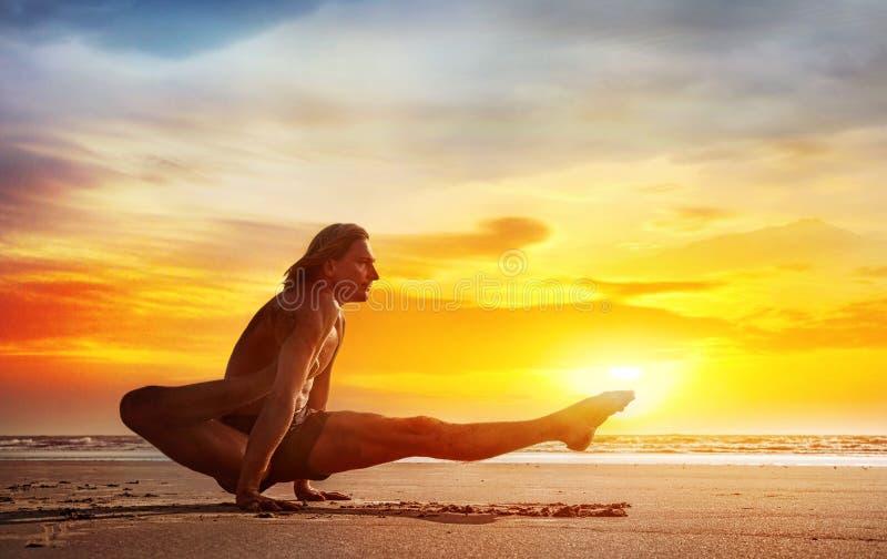 Yoga sulla spiaggia immagine stock libera da diritti