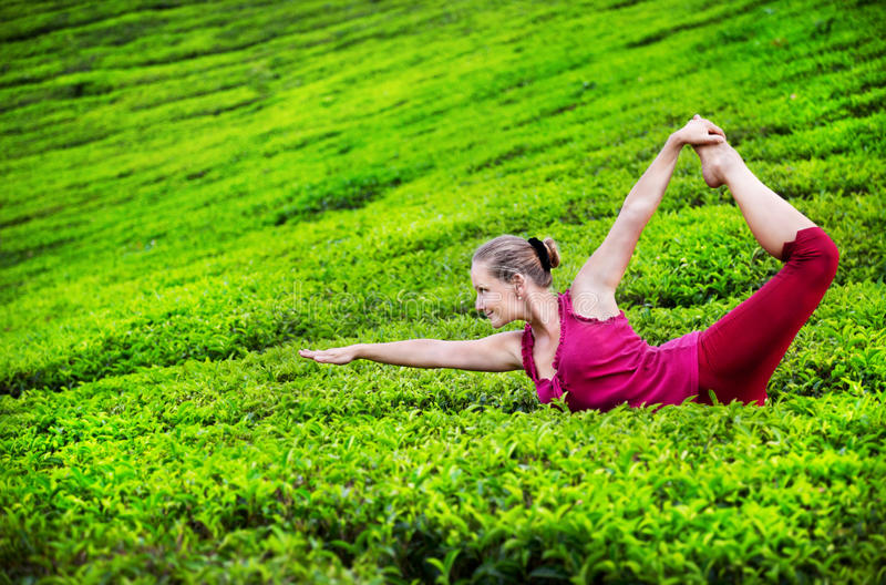Yoga sulle piantagioni di tè fotografie stock libere da diritti