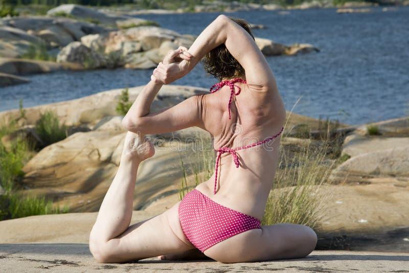 Yoga sulle rocce fotografie stock libere da diritti