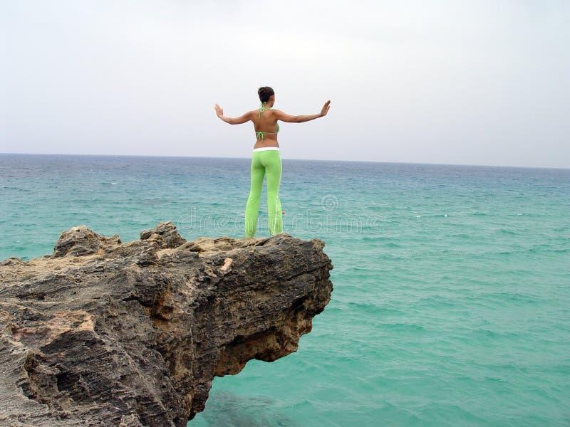 Yoga sulle rocce immagine stock