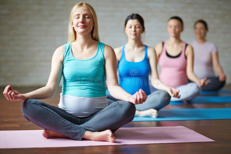 Yoga sulle stuoie fotografia stock libera da diritti