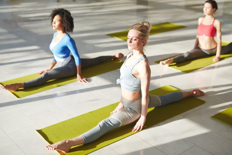 Yoga sur des tapis photos stock