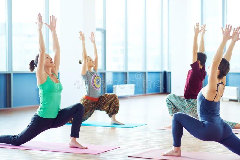 Yoga sur des tapis photo libre de droits