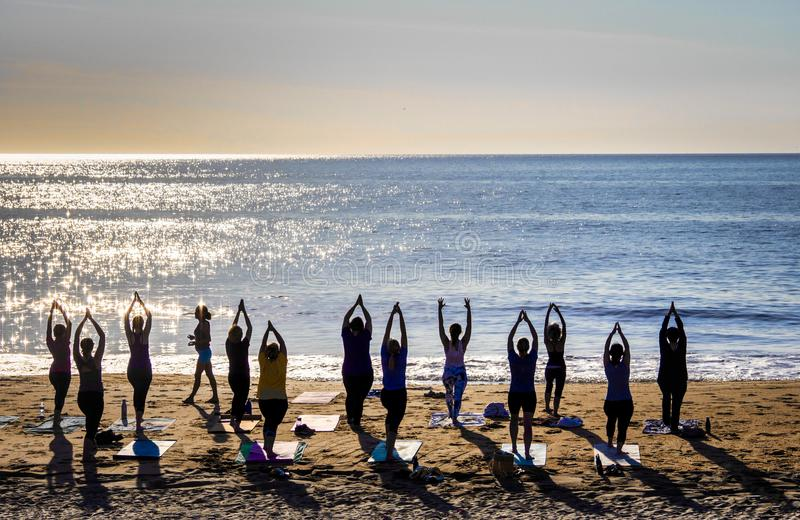 Yoga sur la plage image libre de droits