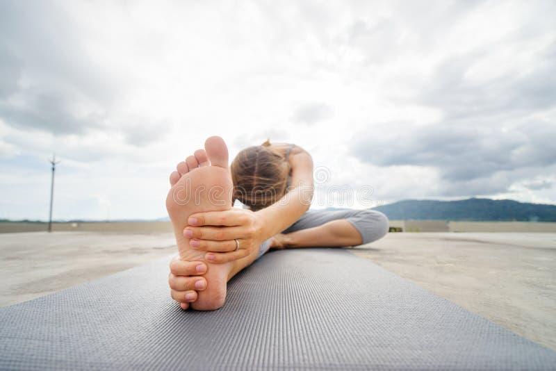 Yoga sur le dessus de toit photos stock
