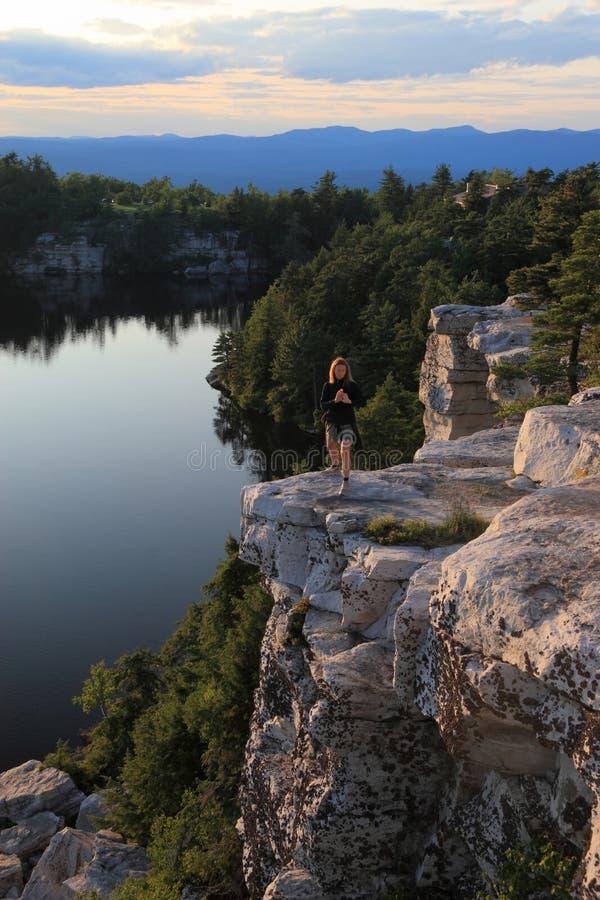 Yoga sur le lac Minnewaska image libre de droits