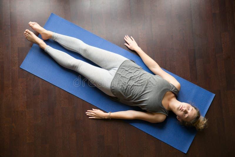 Yoga thuis: rustende houding royalty-vrije stock foto