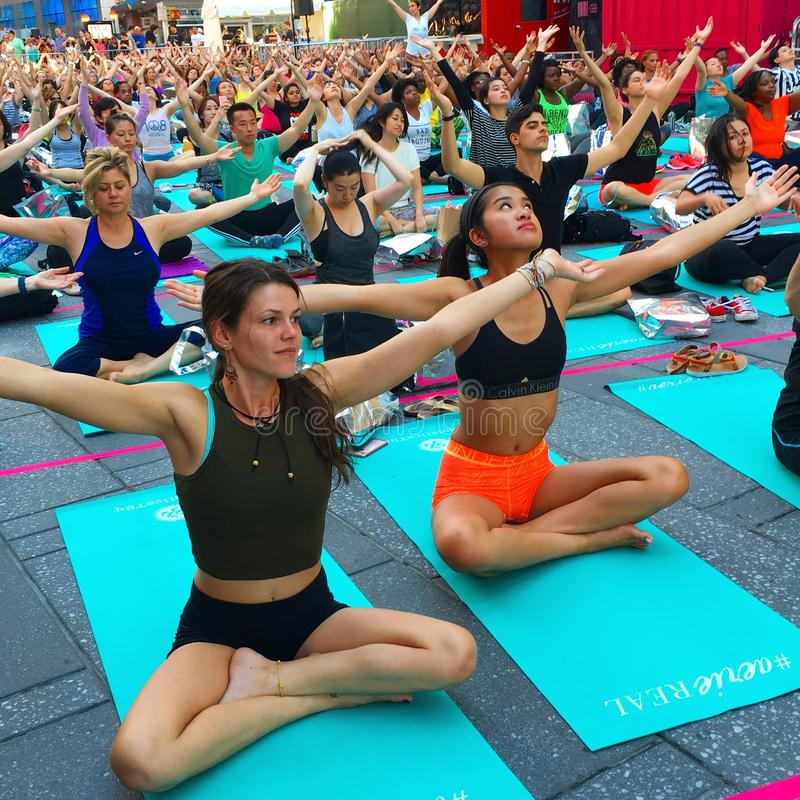 Yoga in Times Square stock afbeelding