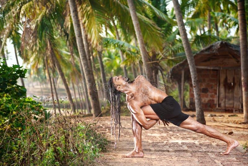 Yoga tordant la pose images stock