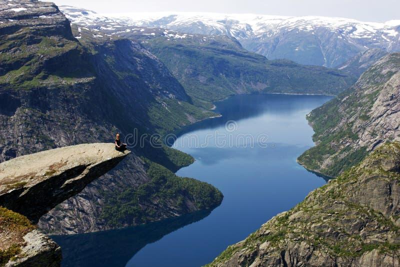Yoga trolltunga, Norge arkivfoton