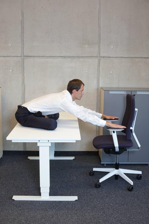 yoga in ufficio fotografia stock libera da diritti