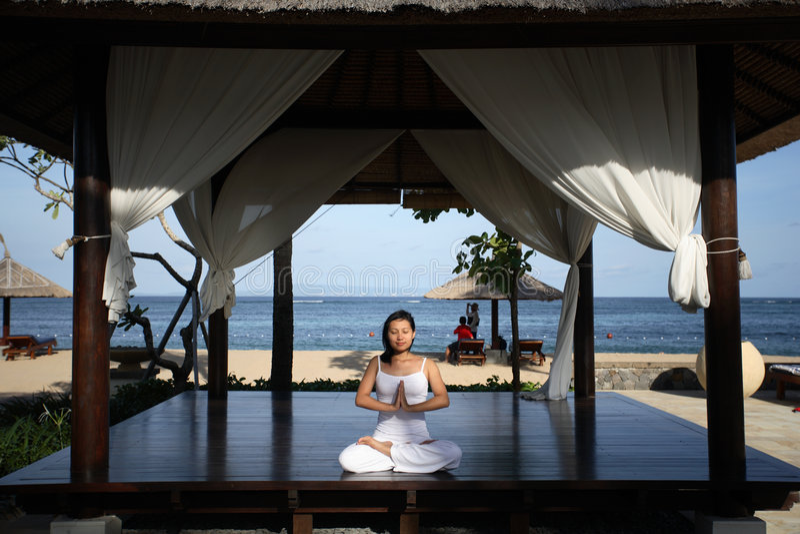 Yoga In Un Gazebo Fotografia Stock