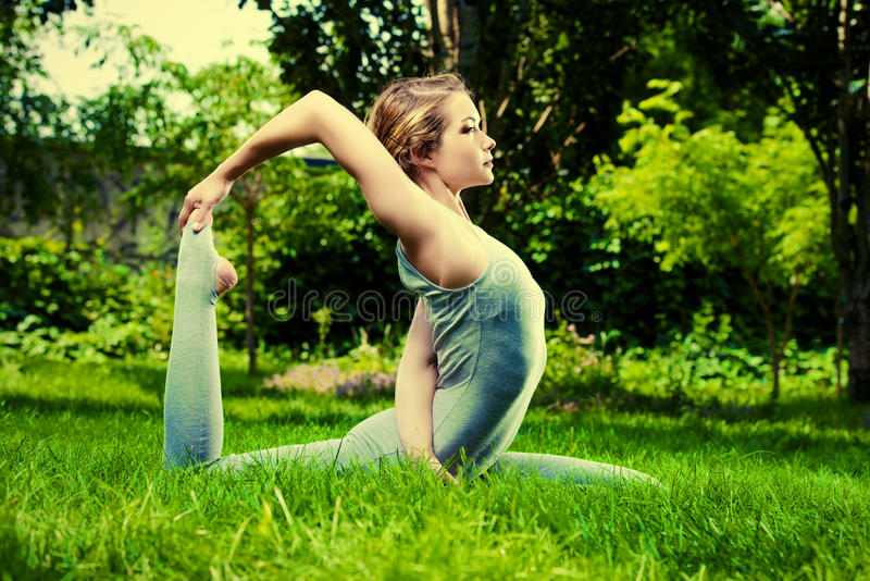 Yoga und Natur lizenzfreies stockfoto