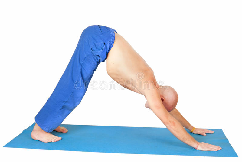 Yoga. Uomo nella posizione di Adho Mukha Svanasana immagini stock libere da diritti