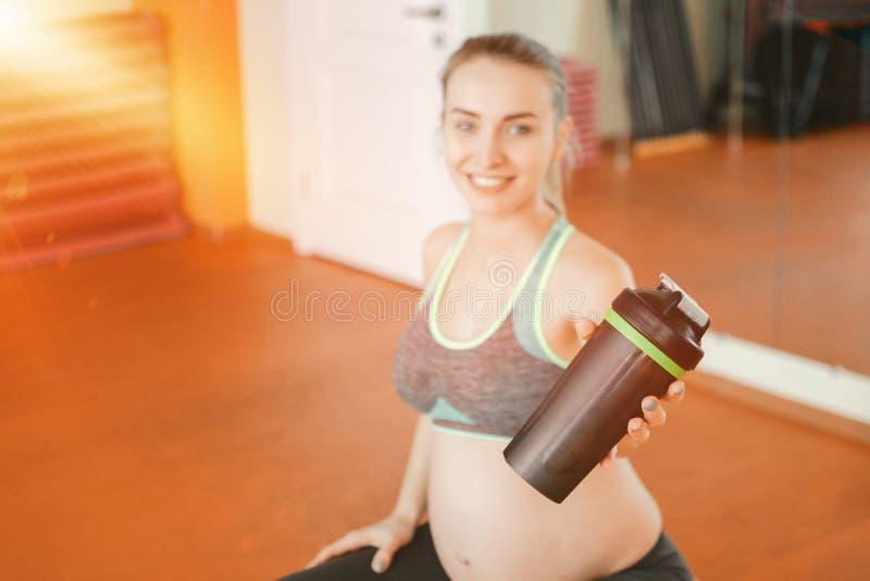 Yoga voor zwangere vrouwen Jong zwanger meisje die yoga doen stock afbeeldingen