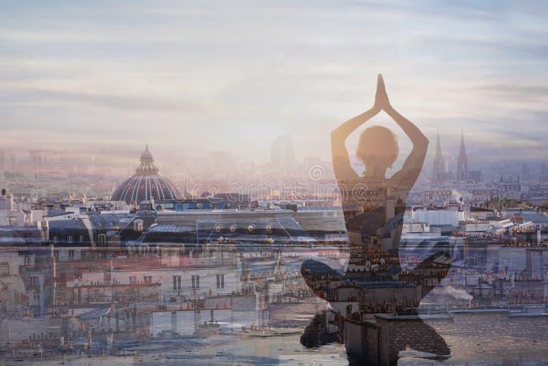 Yoga y meditación en ciudad grande, exposición doble fotos de archivo libres de regalías