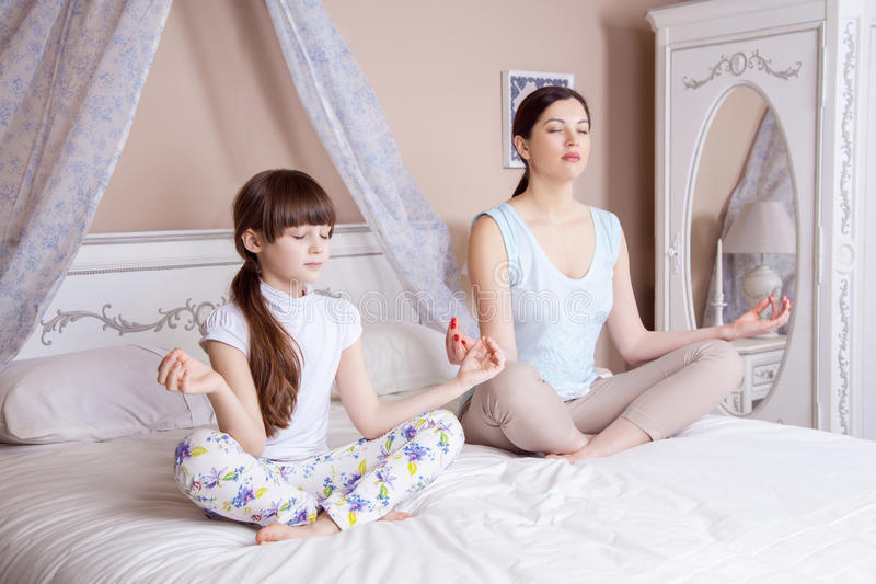 Yoga zu Hause lizenzfreie stockbilder