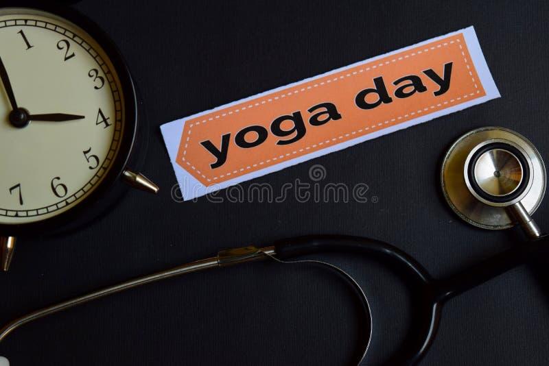 Yogadag op het drukdocument met de Inspiratie van het Gezondheidszorgconcept wekker, Zwarte stethoscoop royalty-vrije stock afbeeldingen