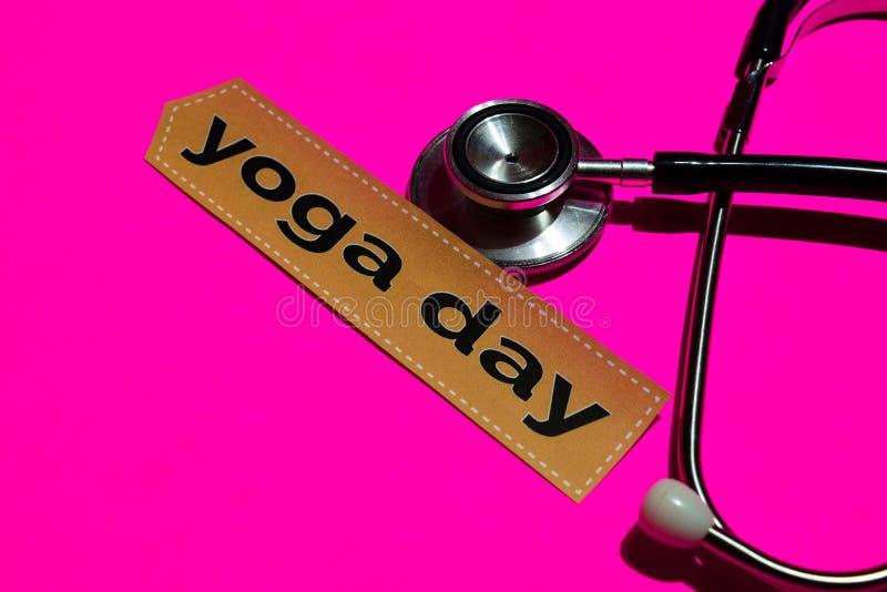 Yogadag op het drukdocument met gezondheidszorg voor bejaarden-Concept stock fotografie