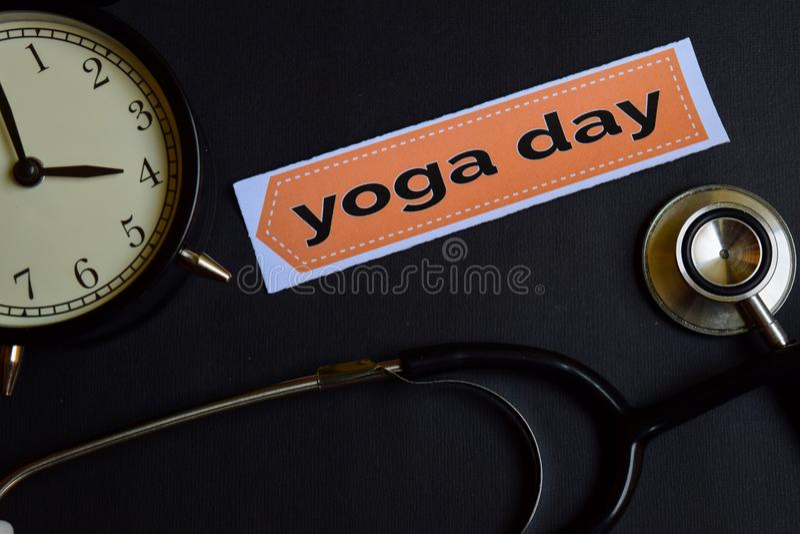 Yogadag på tryckpapperet med sjukvårdbegreppsinspiration ringklocka svart stetoskop royaltyfria bilder