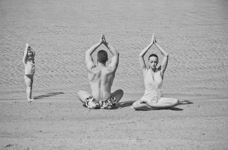 yogafamilie van de mens, vrouw en jong geitje royalty-vrije stock foto