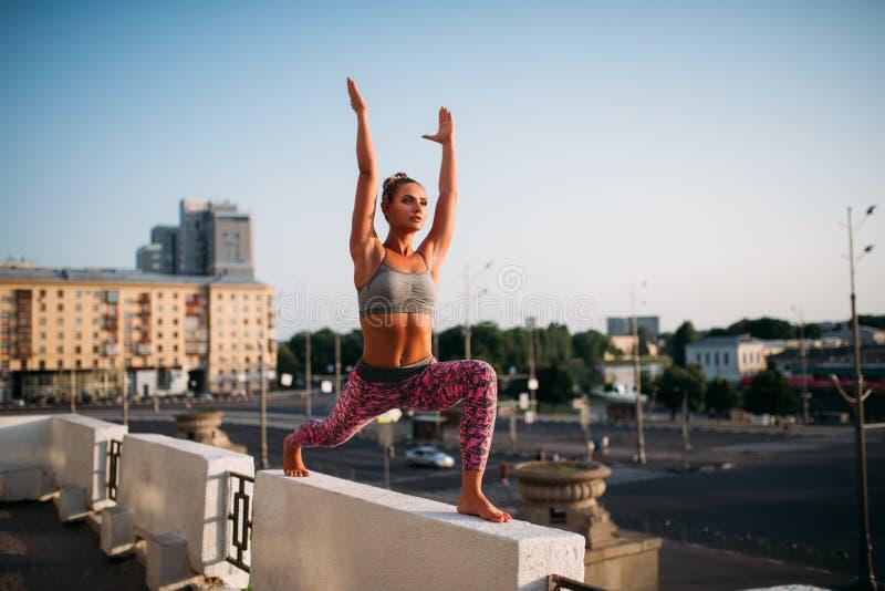 Yogafitnes som utbildar, meditera för kvinna royaltyfria foton
